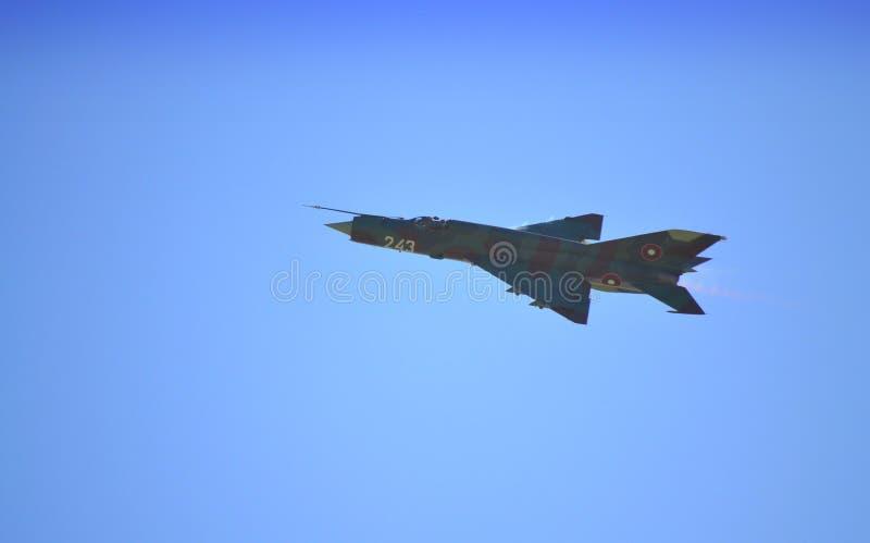 Vol de combattant de MIG 21 photo stock