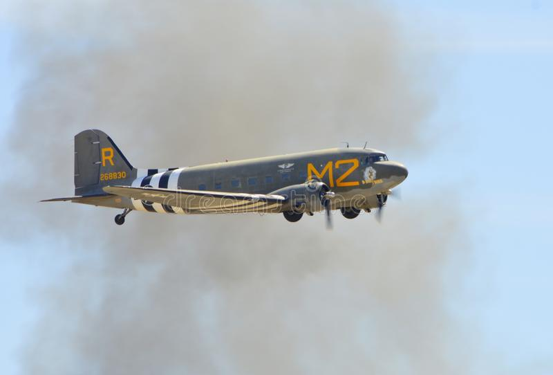 Vol de Douglas C-53D Skytrooper le temps clair photos libres de droits
