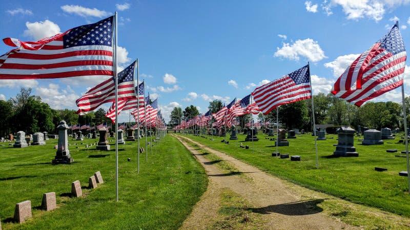 Vol de drapeaux américains au cimetière - Memorial Day photo stock