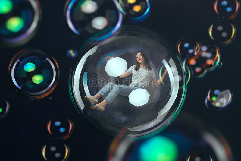 Vol de femme dans la grande bulle de savon, imagination heureuse image stock