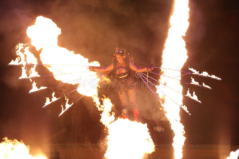 Vol de femme de jongleur d'incendie images stock