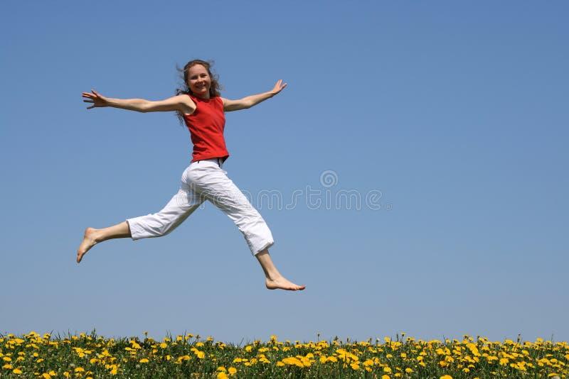 Vol de fille dans un saut photographie stock libre de droits
