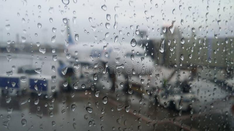 Vol de jour pluvieux image libre de droits