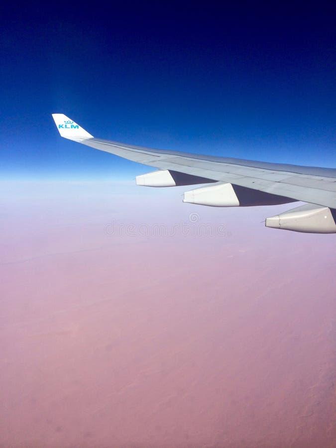 Vol de KLM au-dessus de désert image libre de droits