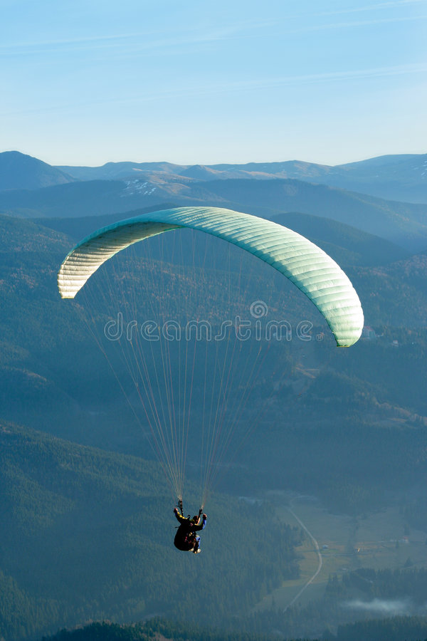 Vol de parachute photographie stock