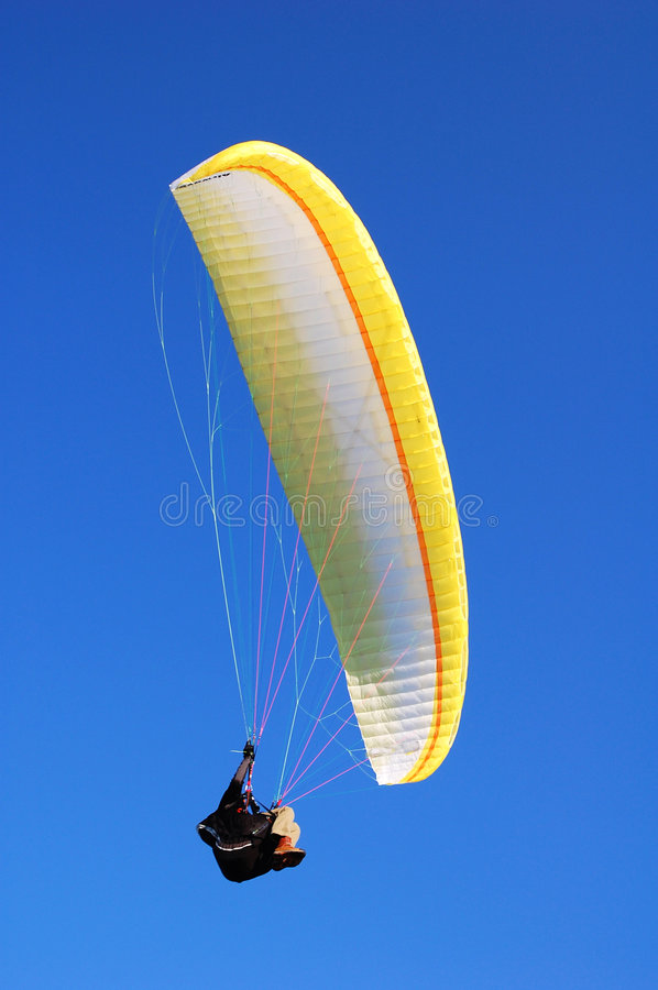 VOL DE PARACHUTE SUR LE CIEL Photos stock