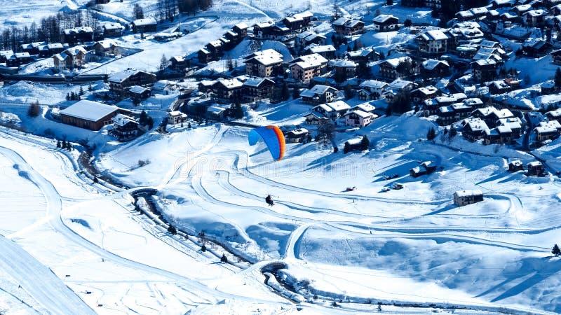 Vol de parapentiste au-dessus de la station de sports d'hiver de Livigno en Italie photo stock