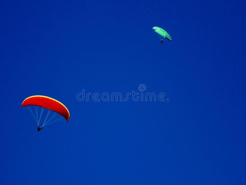 Vol de parapentiste avec les cieux bleus et la lune images stock