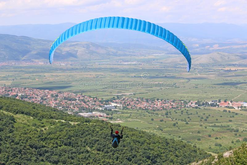 Vol de parapentiste de Brestovitsa en Bulgarie photo libre de droits