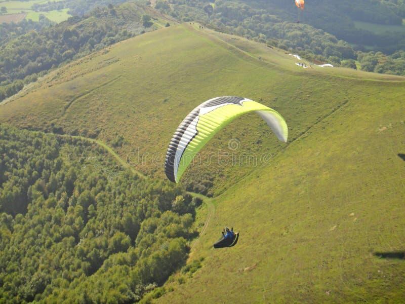 Vol de parapentiste dans les collines de Malvern photographie stock