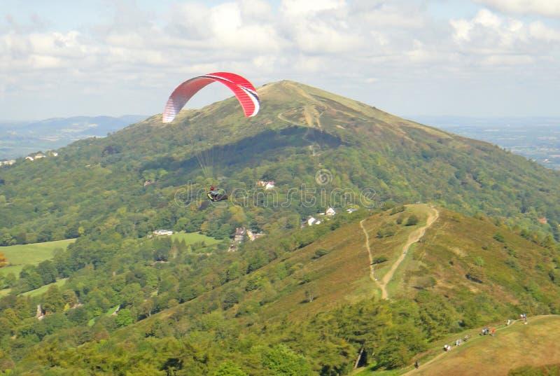 Vol de parapentiste dans les collines de Malvern photo libre de droits