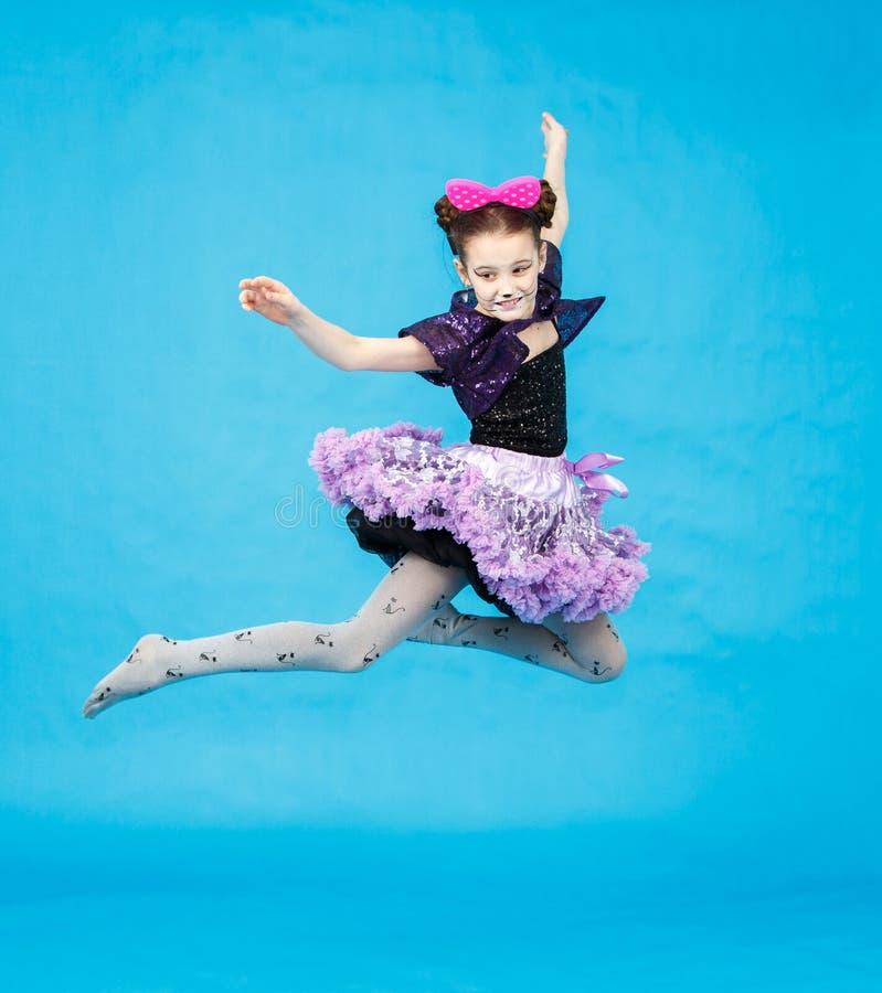 Vol de petite fille dans le costume drôle de carnaval photo libre de droits
