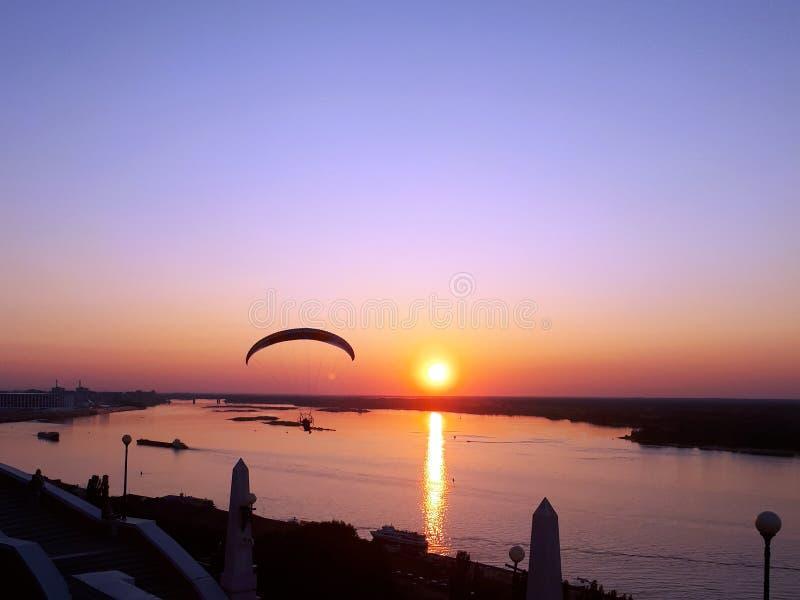 Vol de planeur de delta au-dessus de la rivière Volga au coucher du soleil images stock