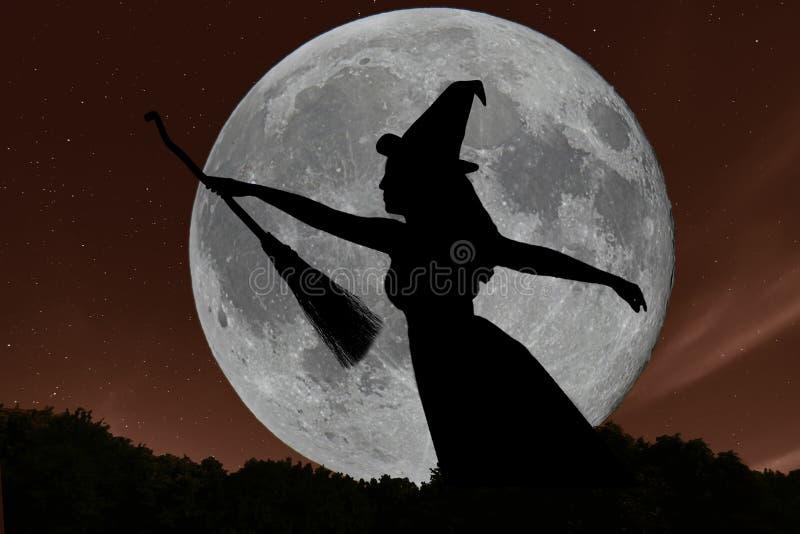 Vol de silhouette de sorcière de Halloween avec le manche à balai Pleine lune photo libre de droits