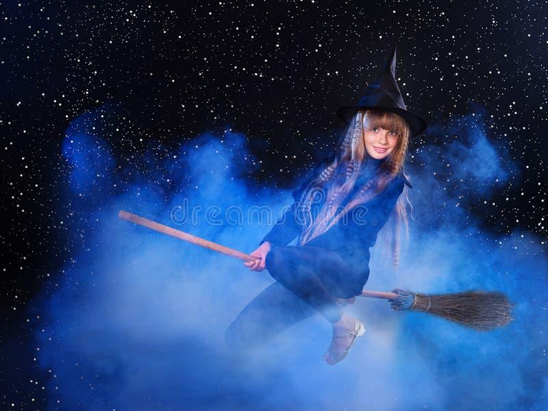 Vol de sorcière sur le manche à balai. photographie stock