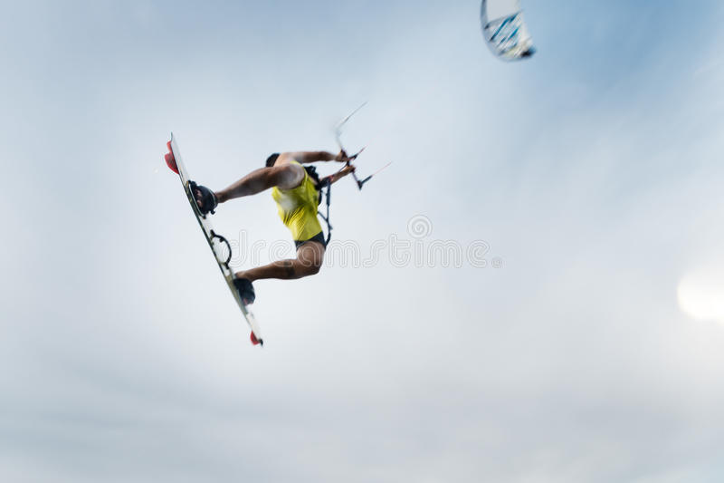 Vol de surfer avec son cerf-volant photographie stock