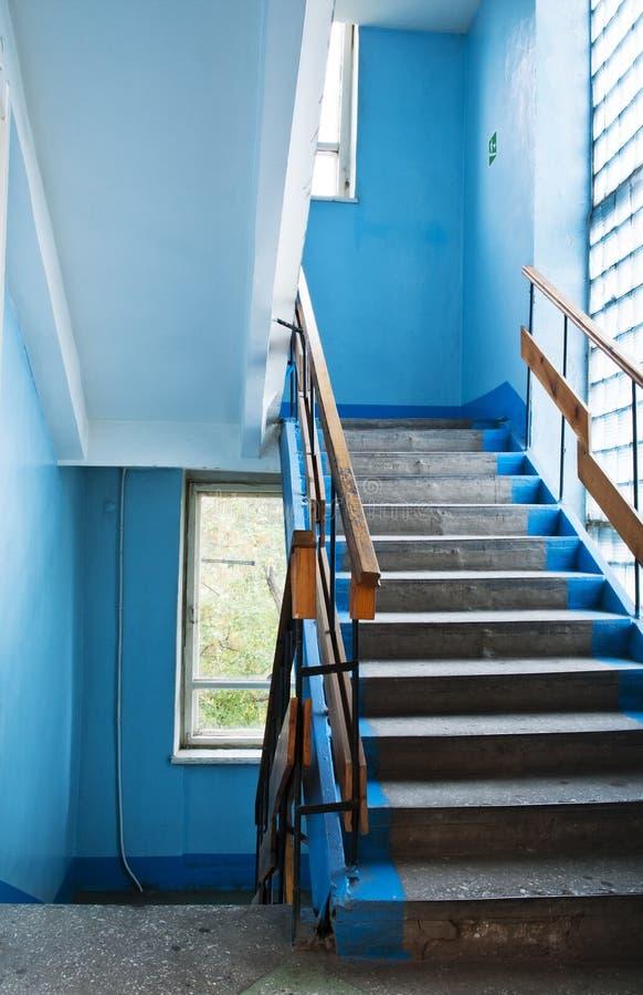 Vol des escaliers dans un vieux gratte-ciel image stock