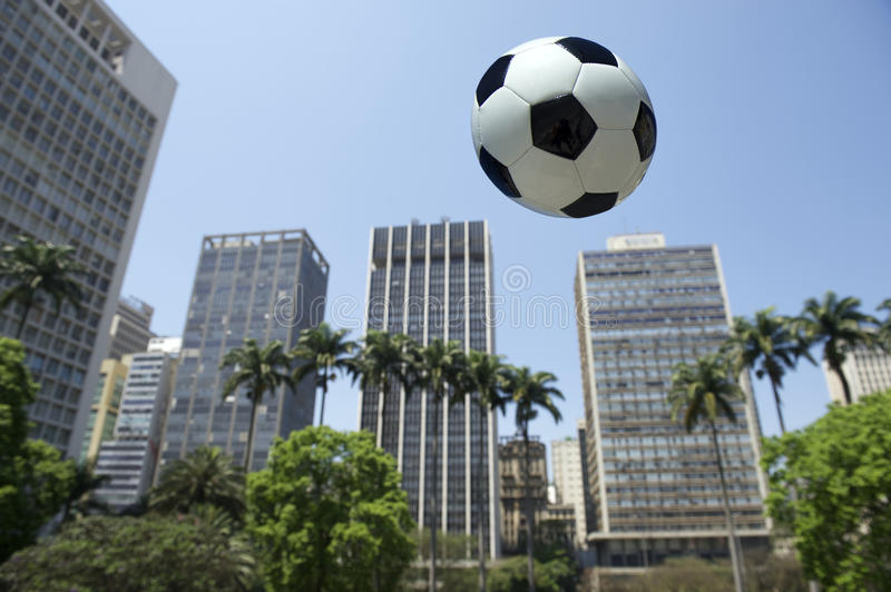 Vol du football dans le sao Paulo Brazil City Skyline photo libre de droits