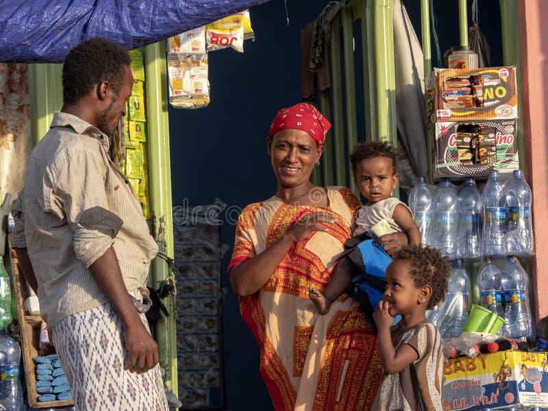 VOL, ETHIOPIË, 3 MEI 2019, Moeder met kinderen voor de opslag, 3Th Mei 2019, Vol, Ethiopië stock afbeelding