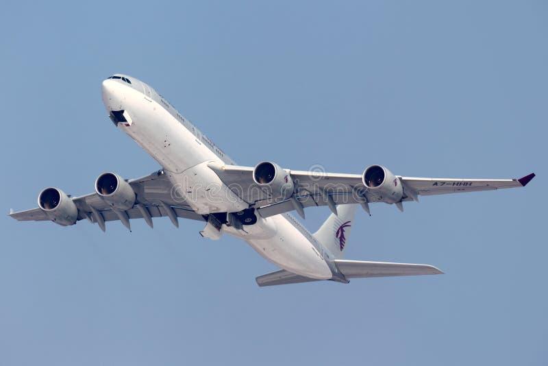 Vol A7-HHH Airbus A340-500 du Qatar Amiri décollant à l'aéroport international de Sheremetyevo photographie stock