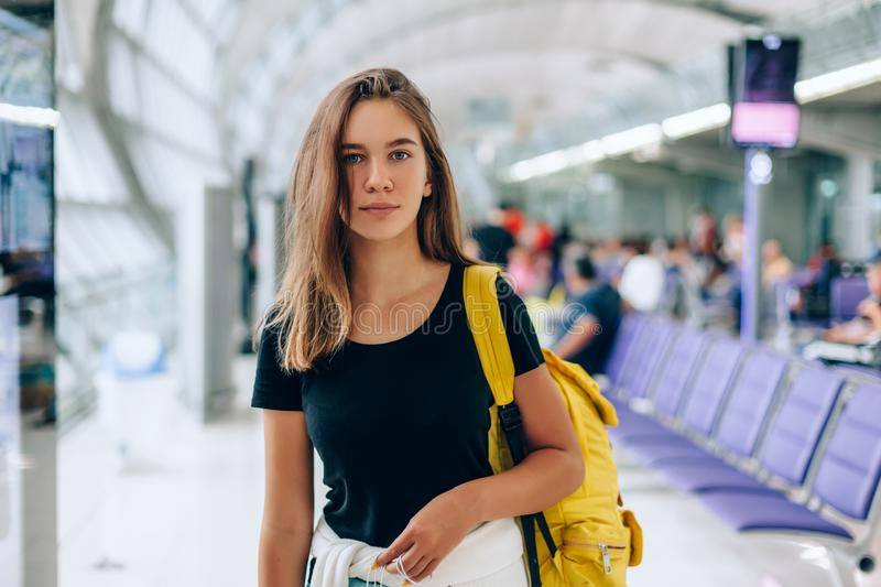 Vol international de attente de fille de l'adolescence dans le terminal de départ d'aéroport images libres de droits