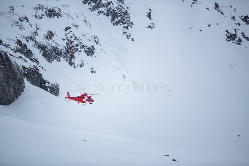 Vol médical moderne d'hélicoptère en hautes montagnes photos libres de droits