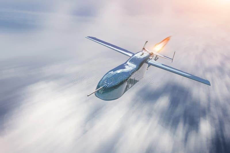 Vol militaire téléguidé de bourdon au-dessus de cloudscape, vitesse de tache floue de mouvement photos stock
