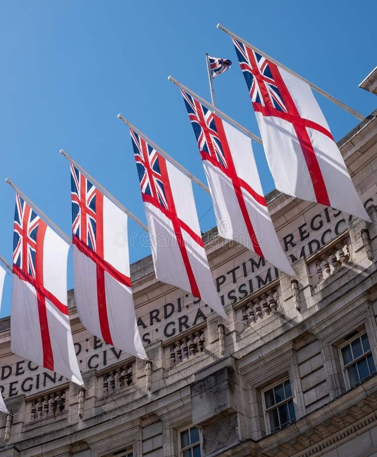Vol naval britannique de drapeaux de drapeau blanc à la voûte d'Amirauté entre le mail et le Trafalgar Square au centre de Londre image libre de droits