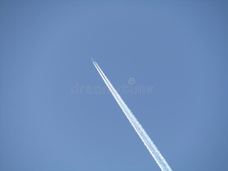 Vol plat d'arm?e haut dans le ciel photo libre de droits