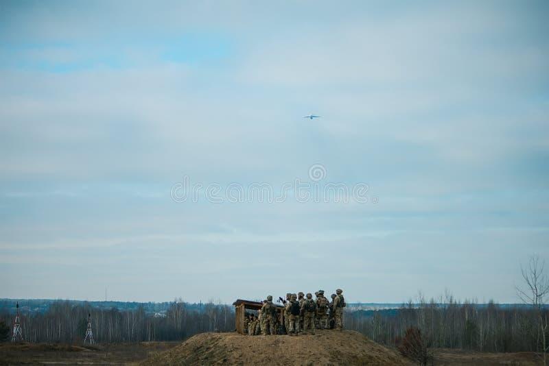 vol plat d'armée militaire au-dessus de champ militaire images libres de droits