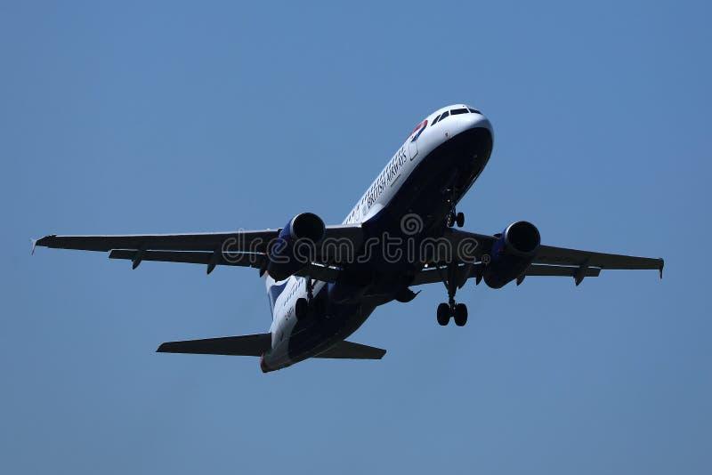 Vol plat de British Airways dans le ciel images libres de droits