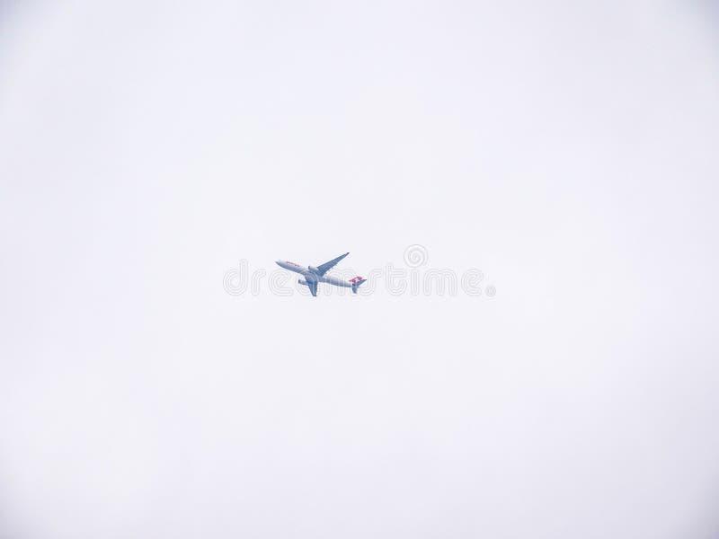Vol plat de delta dans les nuages à l'aéroport de Zurich photographie stock