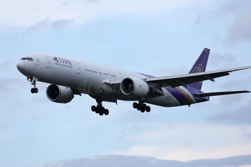 Vol plat de Thai Airways International dans le ciel photographie stock