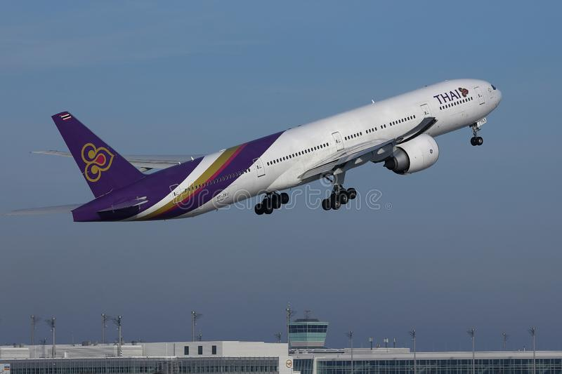 Vol plat de Thai Airways International dans le ciel photos libres de droits