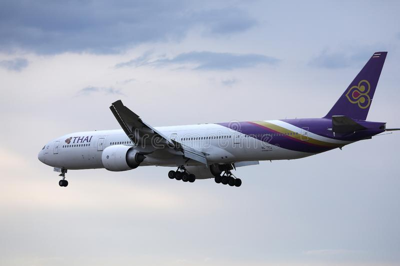 Vol plat de Thai Airways International dans le ciel image stock