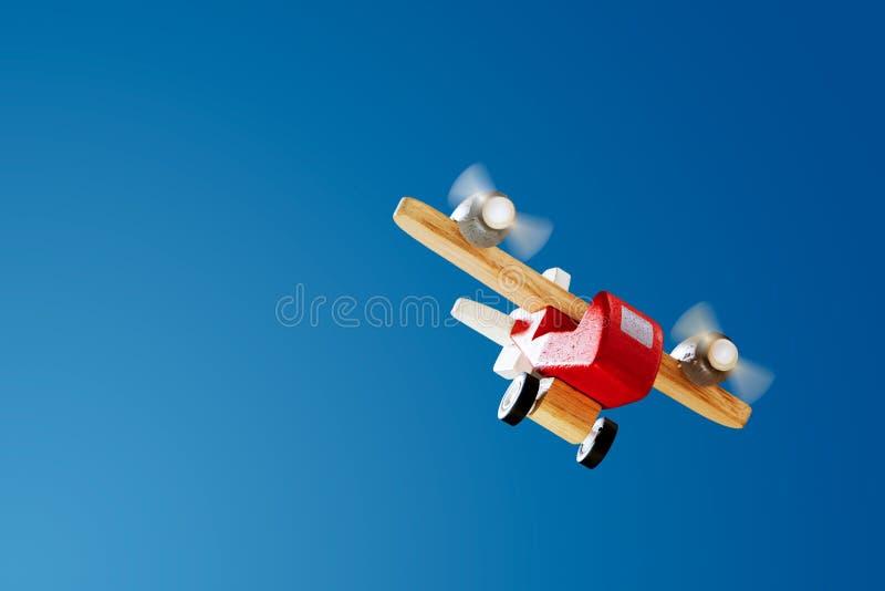Vol plat en bois sur le ciel bleu photographie stock libre de droits