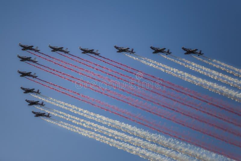 Vol réactif d'avion à réaction dans la formation sur le ciel bleu photographie stock