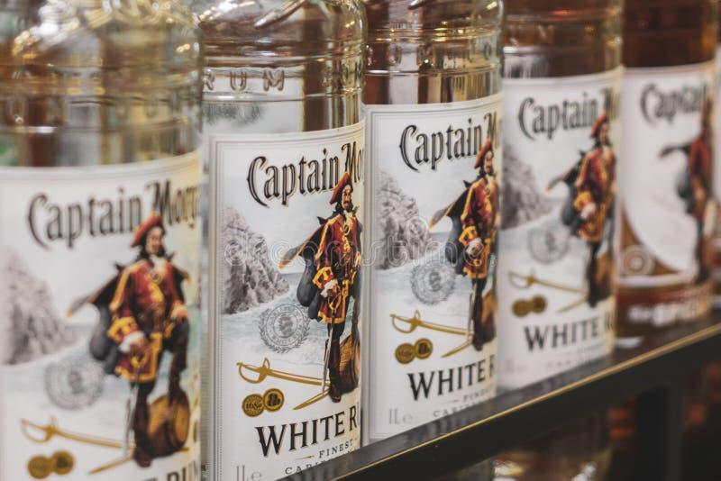 Vol?skij, Russia - 26 aprile 2019: Prodotti della vendita di ipermercato della vendita alcolica del rum di capitano Morgan dell'a fotografia stock libera da diritti