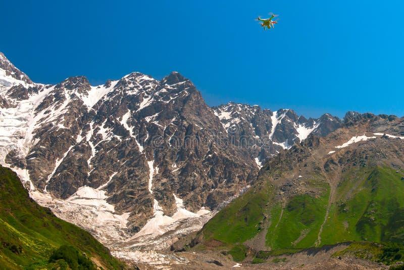 Vol standard de quadruple-hélicoptère du fantôme 2 Vision+ de DJI dans des montagnes de Caucase image libre de droits