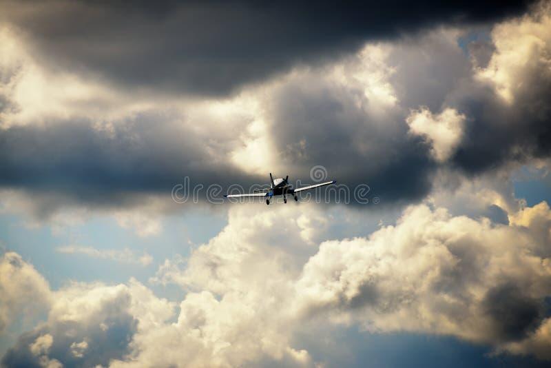Download Vol Ultra-léger D'avion De Poids Dans Le Ciel Photo stock - Image du saturation, exposition: 45351978