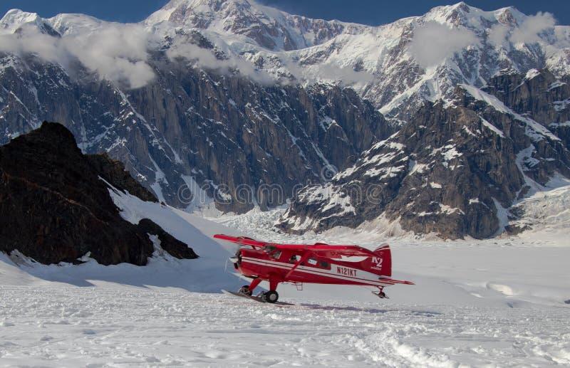 Vol voyant sur la gamme d'Alaska images libres de droits