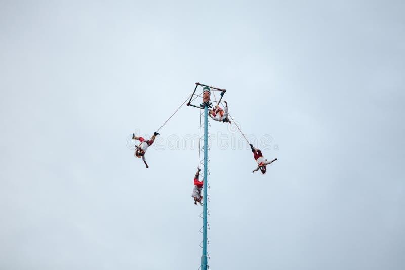 Voladores, шлямбуры Bungee в Мексике стоковая фотография