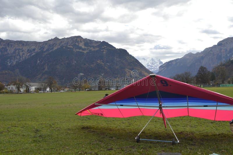 ¿Volamos sobre las montañas suizas? foto de archivo