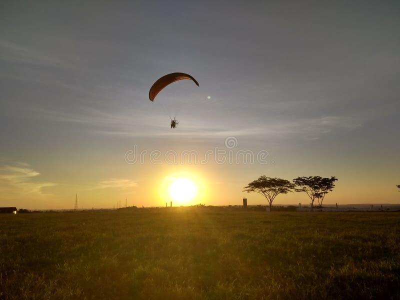 Volando al tramonto fotografia stock