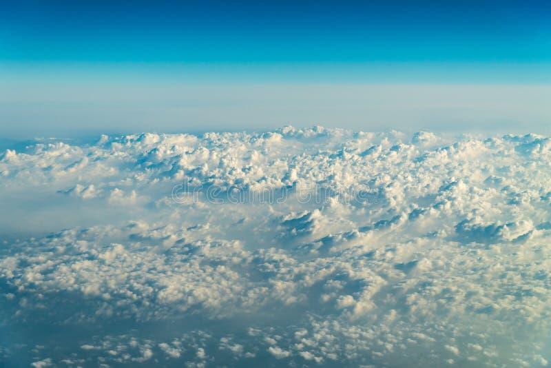 Volando attraverso il bello paesaggio delle nuvole della terra immagine stock libera da diritti