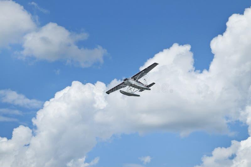Volando attraverso le nubi fotografie stock libere da diritti