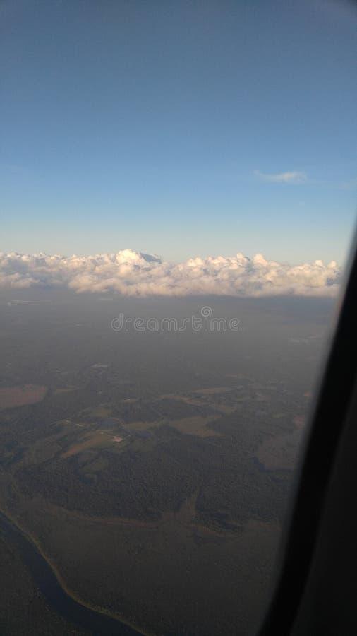 Volando attraverso le nubi immagine stock