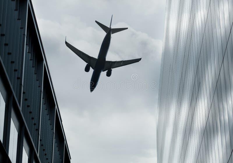 Volando fra le costruzioni fotografie stock libere da diritti