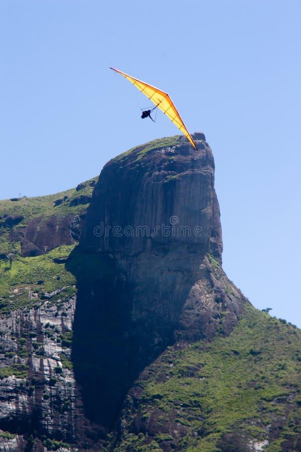 Volando intorno alla montagna della roccia fotografia stock libera da diritti