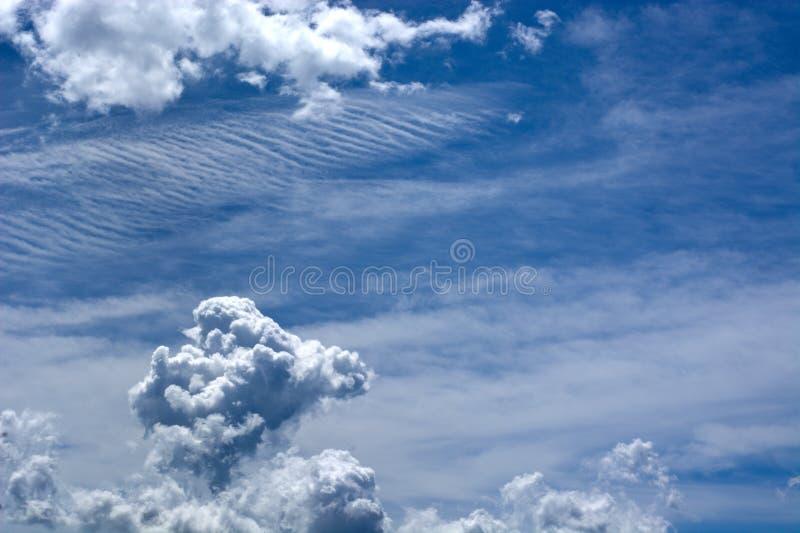 Volando nel cielo blu nelle nuvole immagini stock libere da diritti